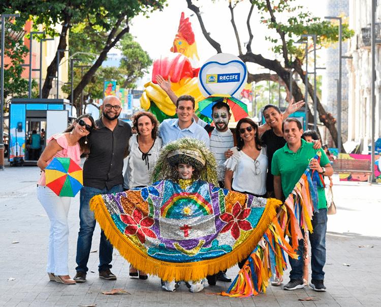 Olha! Recife de Ônibus visita esculturas de galo
